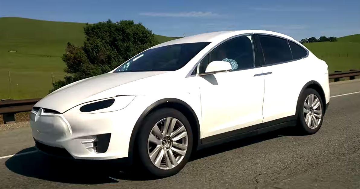 Появилось шпионское видео Tesla Model X 2016 в минимальном камуфляже